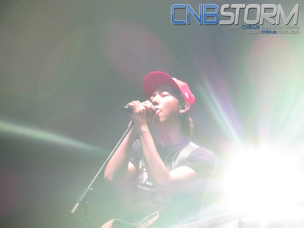 Jungshin passionately singing... Rare shot it is.