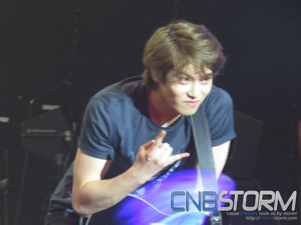 Jonghyun interacting with fans... ^^