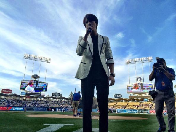 [Photos] Jung Yonghwa au Ryu HyunJin's Game (LA Dodgers) à Los Angeles (27.05.2014) Jyh-la-dodgers2