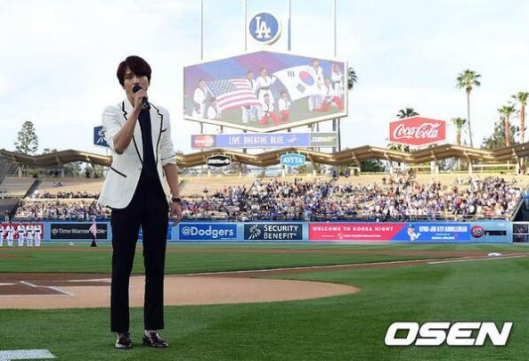 [Photos] Jung Yonghwa au Ryu HyunJin's Game (LA Dodgers) à Los Angeles (27.05.2014) Yonghwa-sings-korea-national-anthem-la-dodgers1