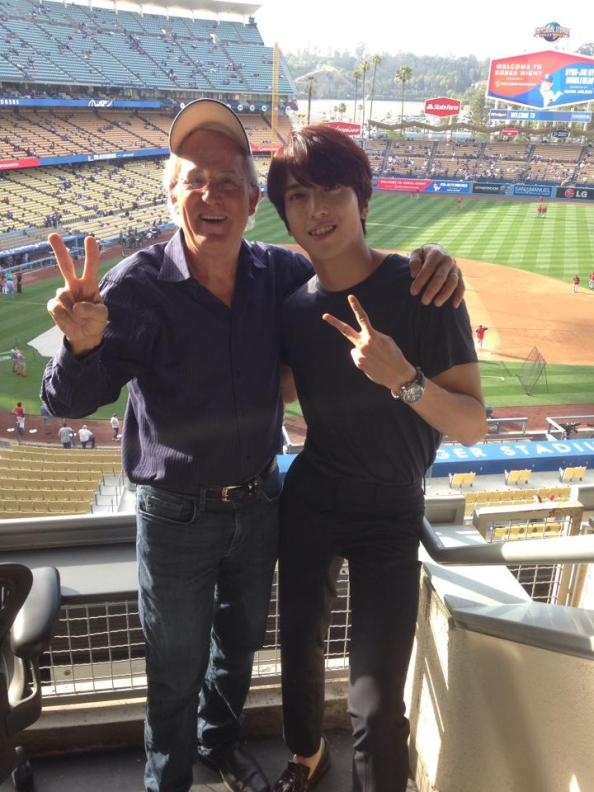 [Photos] Jung Yonghwa au Ryu HyunJin's Game (LA Dodgers) à Los Angeles (27.05.2014) Yonghwa-with-joseph