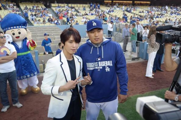 [Photos] Jung Yonghwa au Ryu HyunJin's Game (LA Dodgers) à Los Angeles (27.05.2014) Yonghwa-with-ryu-hyun-jin